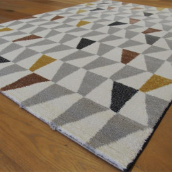 Tapis motif Triangles jaune et gris, fond blanc cassé - ELLE - BALTA